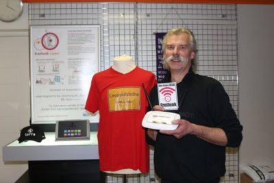 Dirk Czychun zeigt einen Router, der für die Freifunk-Initiative eingesetzt wird. (© Foto: Dohna)
